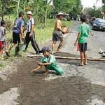 Sering Kecelakaan, Warga Tambal Jalan