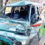 Mobil Travel Seruduk Bus Damri