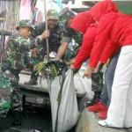 Prajurit TNI Bersihkan Sungai