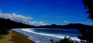 Dikelilingi Bukit, Pantai Rajegwesi Berombak Tenang