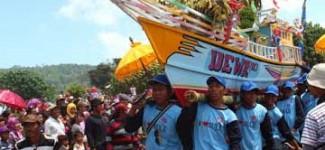 Nelayan Pancer Larung Sesaji