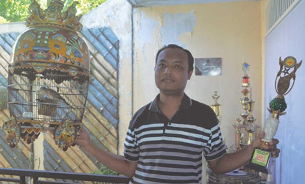 Hantok-Indiatmoko-menenteng-burung-yang-sering-juara-di-rumahnya-di-Dusun-Krajan,-Desa-Plampangrejo,-Kecamatan-Cluring,-kemarin