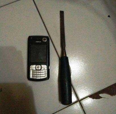 Obeng-yang-digunakan-untuk-membobol-rumah-dan-HP-Nokia-N70-yang-dicuri