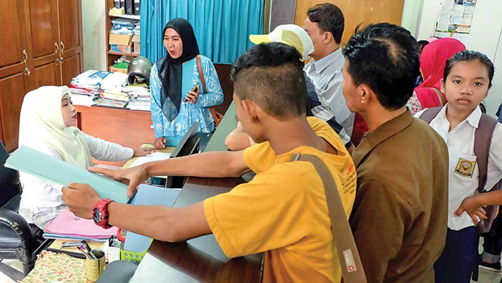 Sejumlah-siswa-mendatangi-panitia-PPDB-di-kantor-Dispendik-Banyuwangi.-Mereka-menanyakan-trobelnya-PPDB-jalur-reguler-sistem-online
